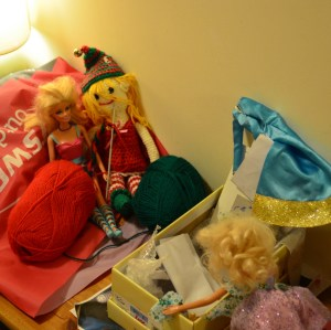 While Barbie cleans the elves' nest, Edwinn and Chelsea get in a tangle making a shawl for the new baby...