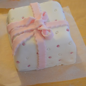 Christmas cake iced like a present front view